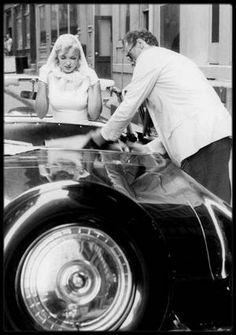1957 / Marilyn et Arthur en voiture à New York rentrant de ballade sous l'objectif de Sam SHAW.