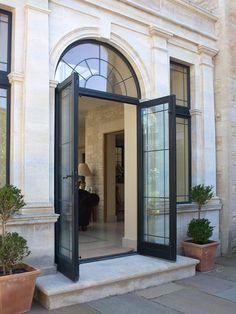 A collection of projects showcasing a variety of our beautiful bespoke bronze doors. Classic House Exterior, Classic House Design, Dream Home Design, Neoclassical Architecture, Classic Architecture, Architecture Design, Exterior Paint, Exterior Design, Arched Doors