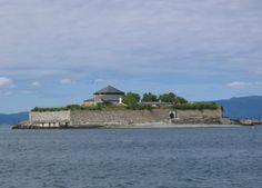 Munkholmen (norrønt Hólmr, Niðarhólmr) er en liten øy på 13 dekar som ligger ca. 2 km utenfor trondheim . Munkholmen har en rik historie og er fredet.