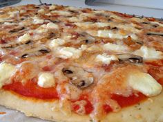 Pizza con champiñones, cebolla carmelizada, queso de cabra y bacon // Pizza with mushrooms, carmelized onion, goat cheese and bacon.
