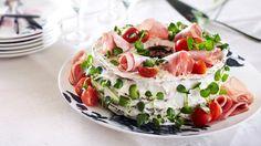 Voileipäkakku – klassikko ja kuningatar Sandwich Cake, Sandwiches, Catering Food, Savoury Cake, Cheesecakes, Eating Well, Deli, Panna Cotta, Goodies