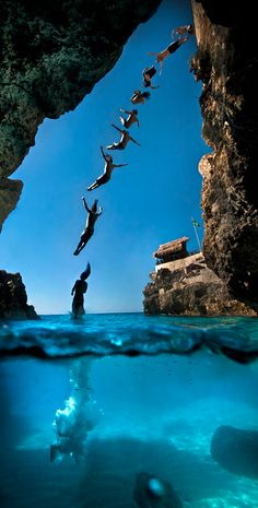 Split View | Agustin Munoz/Red Bull Illume Category: Sequence – Cliff Diving – Negril, Jamaica Athlete: Orlando Duque