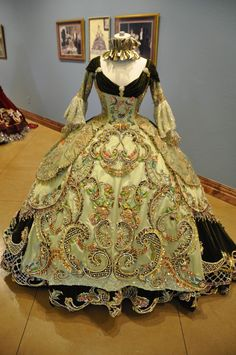 Love this style! Century period Ball Gowns designed by Linda Leyendecker Gutierrez and Niti Volpe for the Society of Martha Washington Colonial Pageant and Ball in Laredo, Texas, 2006 Historical Costume, Historical Clothing, Vintage Gowns, Vintage Outfits, Costume Original, Victorian Fashion, Vintage Fashion, 18th Century Fashion, 18th Century Dress