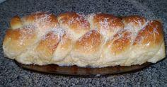 Massa:  - 1 kg de farinha de trigo  - 2 pacotes de fermento biológico granulado (fermix)  - 1 ½ xícaras (chá) de leite  - 3 ovos inteiros  - 1 xícara (chá) de açúcar  - 2 colheres (sopa) de banha ou margarina  - 1 xícara (chá) de chá de canela (ferva a água com 3 paus de canela)  - Recheio:  - Coco ralado ou flocos de coco  - Canela moída  - Açúcar cristal  - Margarina  - Cobertura:  - 1 lata de leite condensado diluído  - ½ xícara de leite  - 3 paus de canela (opcional)  -