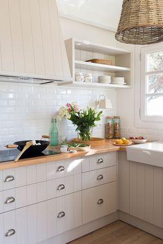 00458443 O. cocina blanca con encimera de madera y ventana 00458443 O