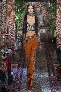 Roberto Cavalli Spring 2017 Ready-to-Wear Collection Photos - Vogue Fashion 2017, Runway Fashion, Boho Fashion, High Fashion, Fashion Show, Fashion Outfits, Womens Fashion, Fashion Design, Fashion Trends