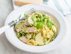 Tagliatelle with asparagus, zucchini and grilled chicken Lunch Time, Grilled Chicken, Asparagus, Zucchini, Spaghetti, Soup, Ethnic Recipes, Barbecued Chicken, Studs