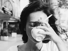 Black and white photography vintage coffee Popular Ideas Fotografia Pb, Style Parisienne, Coffee And Cigarettes, Women Smoking Cigarettes, Foto Instagram, Disney Instagram, Linda Evangelista, Christy Turlington, Black N White