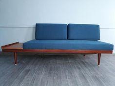 """Canapé à fonction secondaire de couchage dit """"daybed"""", dessiné par Ingmar Relling dans les années 1960 et édité par Ekornes Svane en Norvège jusque la fin des années 70. Ce produit a été entièrement rénové bois et tissu en 2017."""