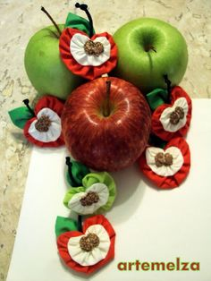 Sew - Art and Craft: Fuxico apple. Chrome will translate! But the pics are pretty self-explanitory. Fall Crafts, Christmas Crafts, Crafts For Kids, Arts And Crafts, Diy Craft Projects, Sewing Projects, Diy Crafts, Sewing Art, Sewing Crafts