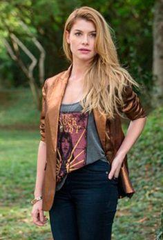 Figurino da Diana (Aline Moraes) em Rock Story: jaqueta, maiô e mais looks.