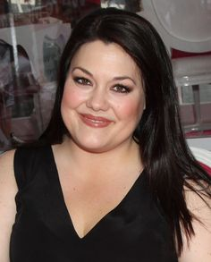 Brooke Elliott Actress Brooke Elliott is an American actress and singer. She has previously appeared in musical theatre, including the US tours of Beauty and the Beast and Wicked, and the Broadway productions of Taboo and The Pirate Queen. Currently starring in Drop Dead Diva. Wikipedia