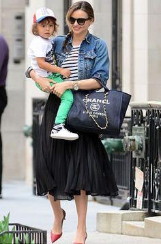 セレブカジュアルドットコム GIVENCHY(ジバンシー)フリル付ミニスカートにBalmain(バルマン)スエードサイハイブーツのミランダ・カー! バレンシアガ(Balenciaga)花柄ラップワンピースで渋谷をお出かけ!・ 最新私服ファッション画像・Miranda Kerr (ミランダ・カー)