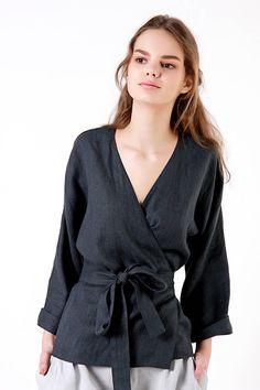 Lin cache adapté de lituanien adoucie tissu en lin pour le confort et naturel porter tous les jours. TISSU : 100 % lin lituanien lavé Couleur : Personnalisé : Blanc, coquille rose, gris naturel, clair gris, gris bleu, anthracite, bleu acier. STYLE : Lin wrap haut, manches au coude. Si vous avez besoin d'autre style, la longueur, la longueur des manches ou la couleur, contactez moi. TABLEAU DES TAILLES : US 0 (UE XS) : Buste 31,5(80 cm), taille 24.5 (62 cm), hanches 34(86 cm) US 2 (UE...