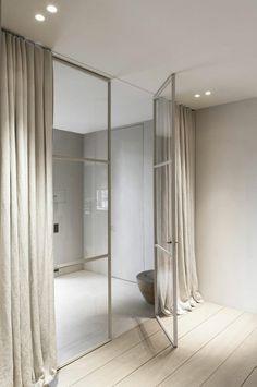 verriere d'interieur moderne avec rideaux beiges longs