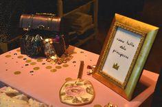 #larecherchemodaearte #senigallia #italia #mywindows #deuxnattes #siamotuttedelleprincipesse #princesses #vitrine #mespetitspapiers #gold