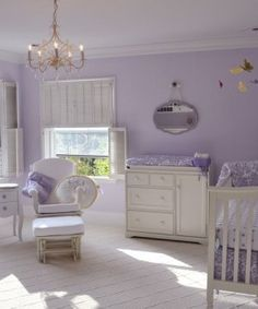 Quarto de bebê lilás e branco clássico