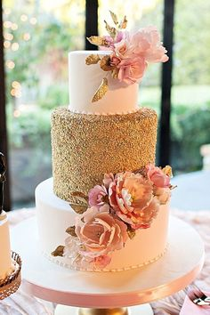 Gorgeous wedding cake with gold sequins and pink sugar flowers Beautiful Wedding Cakes, Gorgeous Cakes, Pretty Cakes, Quince Cakes, Quinceanera Cakes, Gold Cake, Wedding Cake Inspiration, Wedding Ideas, Trendy Wedding