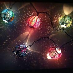 Desenvolvidas por Danielle Villarreal, essas lanternas são feitas com dez luzes pintadas à mão. Em tons vibrantes do roxo, rosa, vermelho e laranja, cada uma dessas luzes, quando acesas, lançam brilhos e sombras pontilhadas. Você pode comprar a sua na lojinha do Etsy Own the Sky Art.    |via