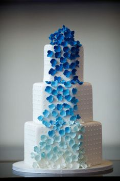 Torta matrimonio ombre fiori sfumatura blu. Wedding cake ombre blue and white. #wedding