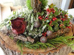 Bepflanzte ausgehöhlte Baumscheibe - Grabschmuck von Franz und Karin (84155 Aich, Niederaicher Str. 28)         #franzundkarin Christmas Wreaths, Holiday Decor, Home Decor, Outdoor, Holiday Decorating, Flower Jewelry, Heart, Projects, Crafting