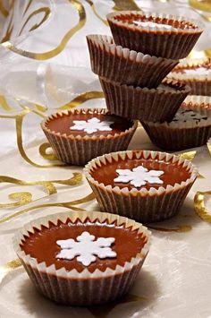 Z medu a kokosu vytvarované kuličky, ty zalité rozpuštěnou čokoládou smíchanou s kokosovým olejem. Šuhajdy podáváme důkladně vychlazené v lednici.