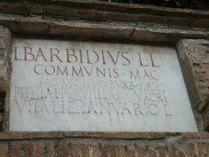 Pompeii Porta Nocera Tomb 15ES. L BARBIDIVS L(uci) L(ibertus) COMMVNIS  MAG(ister) PAG(i) AVG(usti) FEL(icis) SVBVRB(ani) SIBI ET PITHIAE P(ubli) L(ibertae) RVFILLAE VXORI VITALI ET IANVARIO L(iberis).