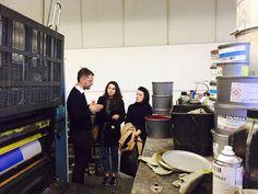 SiZ ospita in azienda i ragazzi dell'Università degli Studi di Verona del corso di lingue e culture per l'editoria. Il socio Nicola Simioni spiega il funzionamento delle macchine da stampa #cmyk #printingpress #printing #italia #aziende #azienda #verona #sizindustriagrafica #artprints #art #tatemodern #università