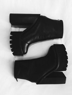 Fall Boots Every Girl Should Have In Their Closet Fall fashion is simply the best. Because it's all about chunky oversized sweaters, vests and of course, fall boots. Cute Shoes, Tap Shoes, Me Too Shoes, Dance Shoes, Shoes Heels, Dream Shoes, Crazy Shoes, Platform Shoes, Black Platform