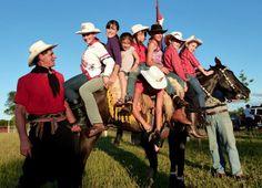 El Magazin de Merlo: El GRINGO JINETE Wolfgang Kruger y su esposa CLARITA homenajearon con una fiesta jinetera en Hohenau, Itapua, Paraguay al poeta y escritor de Merlo y su esposa Hilary.