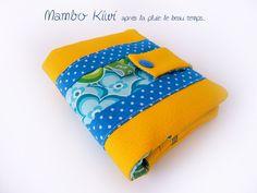 Portefeuille vintage simili cuir jaune, tissu kitsch fleurs bleu ciel-vert pomme : Porte-monnaie, portefeuilles par mambo-kiwi