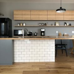 Ideas Apartment Kitchen Design Layout Subway Tiles For 2019 Narrow Kitchen, Kitchen Dining, Kitchen Decor, Kitchen Grey, Kitchen Ideas, Kitchen Colour Schemes, Kitchen Colors, Kitchen Shelves, Kitchen Layout