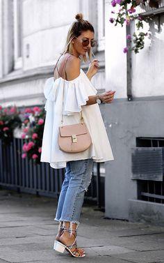 Street style look com bata branca e calça jeans.
