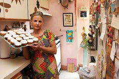 Amy Sedaris: The Crafts for Poor People author even ran a cupcake business out of her home. 1950s Fashion, Vintage Fashion, Home Decor Inspiration, Design Inspiration, Amy Sedaris, Celebrity List, Bohemian Design, Apartment Furniture, Love Craft