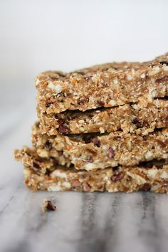 Make your own chocolate and coconut energy bars with this yummy recipe! Healthy Bedtime Snacks, Healthy Snacks For Kids, Healthy Breakfasts, Vegan Protein Bars, High Protein Snacks, Clean Eating Desserts, Eating Healthy, Make Your Own Chocolate, 100 Calorie Snacks