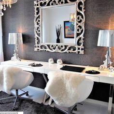 Pitkän työpisteen reunoille kimaltelevat Kartell Bourgie valaisimet sekä näyttävä peile keskellä tuovat ripauksen luksusta työskentelytilaan. Vanity Mirror, Sweet Home, Vanity, Decor, Furniture, Mirror, Home Decor