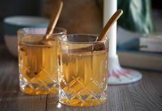 Romtoddy - den perfekt varmende drink ➙ Opskrift fra Valdemarsro.dk Alcoholic Drinks, Beverages, Cocktails, Spiritus, Smoothies, Juice, Homemade, Snacks, Glass