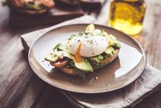Eating a protein-packed breakfast can set you up for a day of healthy eating choices. Fitness Blogs, Snacks Saludables, Protein Packed Breakfast, No Calorie Snacks, Healthy Eating Habits, Nutrition Tips, Fruits And Veggies, Superfood, Clean Eating
