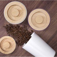 Контейнер для сыпучих продуктов имеет деревянную крышку с силиконовым уплотнителем, который сохраняет аромат кофе или чая. Стильное хранение для современной кухни!