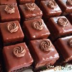 Poured Fondant, Delicious Desserts, Yummy Food, Romanian Food, Chocolate Fondant, Food Cakes, Yummy Cookies, Cake Recipes, Bakery