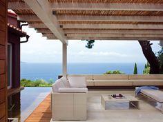 Il LIVING ALL'APERTO: una grande balconata sul mare, con DIVANI da outdoor Slim Line di Dedon