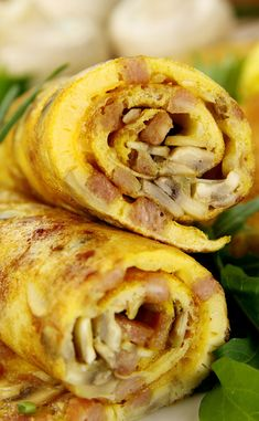 delicious rolled mushroom and bacon omelette freshly prepared and ready to serve. Omelette Roulée, Frittata, Artichoke Pie Recipe, Healthy Dinner Recipes, Snack Recipes, Seasoned Bread Crumbs, Salty Foods, Food Menu, Food For Thought