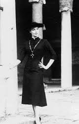 1956- Le Sorelle Fontana realizzano per Ava Gardner il pretino, abito dalla linea talare ripreso dal costumista Donati per Anita Ekberg in una scena della Dolce Vita di Fellini