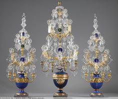 Ensemble de girandoles à trois pièces en cristal, bois peint et doré