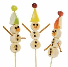 BANANA SNOWMEN ON A STICK: What a great idea for a wintry (Christmassy) fruit snack we found on Spoonful. Kids can make them for themselves and they look really brilliant.