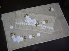 LOY HANDCRAFTS, TOWELS EMBROYDERED WITH SATIN RIBBON ROSES: CONJUNTO TOALHA DE ROSTO E TAPETE DELICADAMENTE BO...