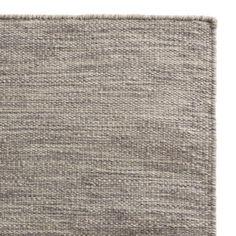 <p>Laufen Sie über die kühle Leichtigkeit skandinavischen Designs. Das gleichmäßige, handgefertigte Knotendesign ist zurückhaltend, sodass sich unsere Kollektion Gravlev gut in jedes Ihrer Zimmer einfügt. Reine Schurwolle gibt Teppich Gravlev eine feste, aber angenehme Haptik.</p> <p>Kombiniert mit einer rutschfesten Unterlage bleibt der Teppich an Ort und Stelle.</p>