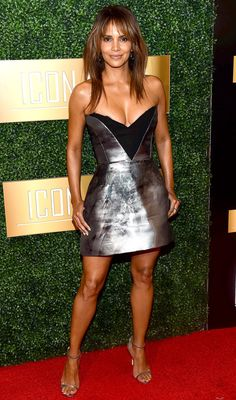 Halle Berry in a silver mini dress Halle Berry Style, Halle Berry Hot, Halle Berry Bikini, Hally Berry, Night Looks, Gorgeous Women, Beautiful, Celebs, Celebrities