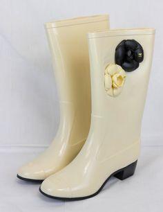 Резиновые сапожки Chanel белые. Последняя новая модель года! #16756       Резиновые сапожки Chanel белые. Последняя новая модель года! #16756 В наличии размеры 36-39 (другие можно заказать) Отличное качество. (распродажа коллекции, цена снижена!)