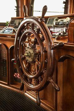 Mostek kapitański, drewniane koło sterowe, marynistyczne dekoracje, morskie antyki, prezenty dla Żeglarzy  http://sklep.marynistyka.org/kola-sterowe-c-4.html